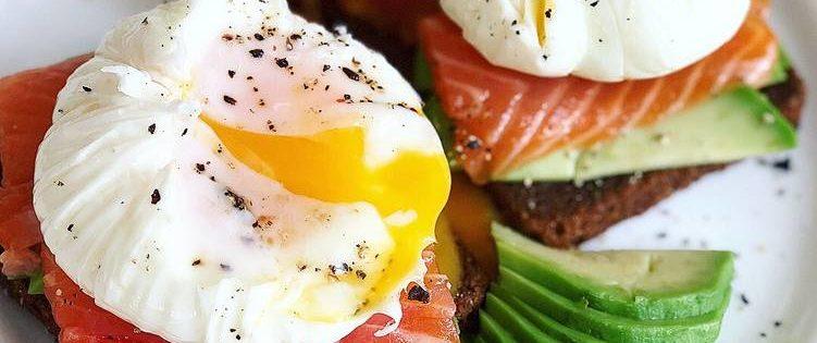 Бутерброд с семгой, авокадо и яйцом-пашот