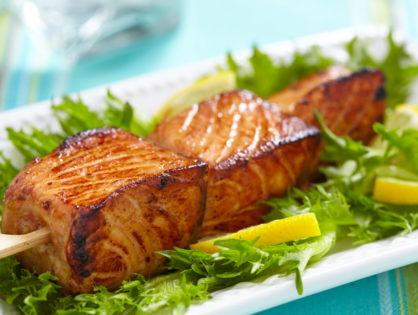 Шашлык из сёмги (лосося) на гриле.