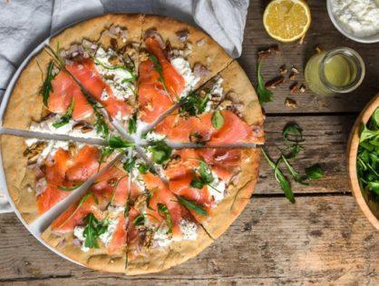 Пицца с лососем.