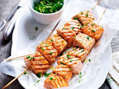Шашлик із лосося на мангалі